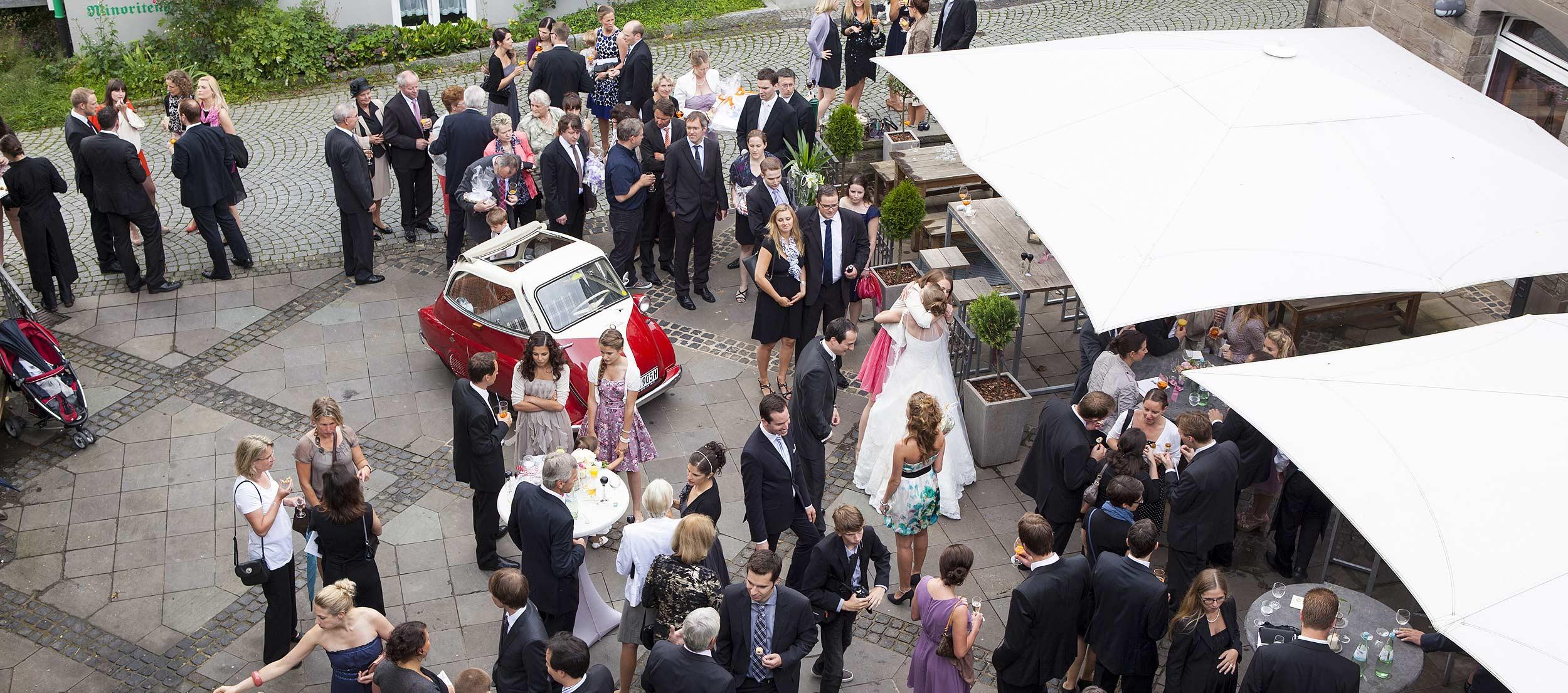 Hochzeitsfeier im Innenhof der Klosterschänke Remscheid.